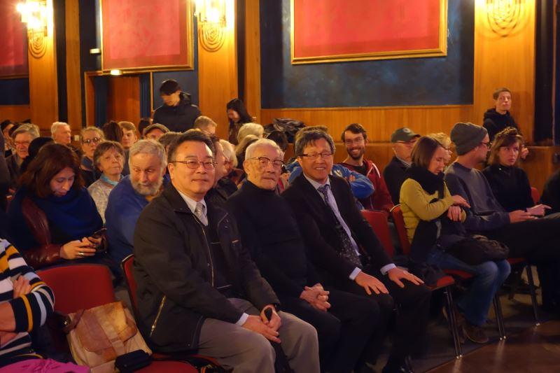 Representative Hsieh (center right).