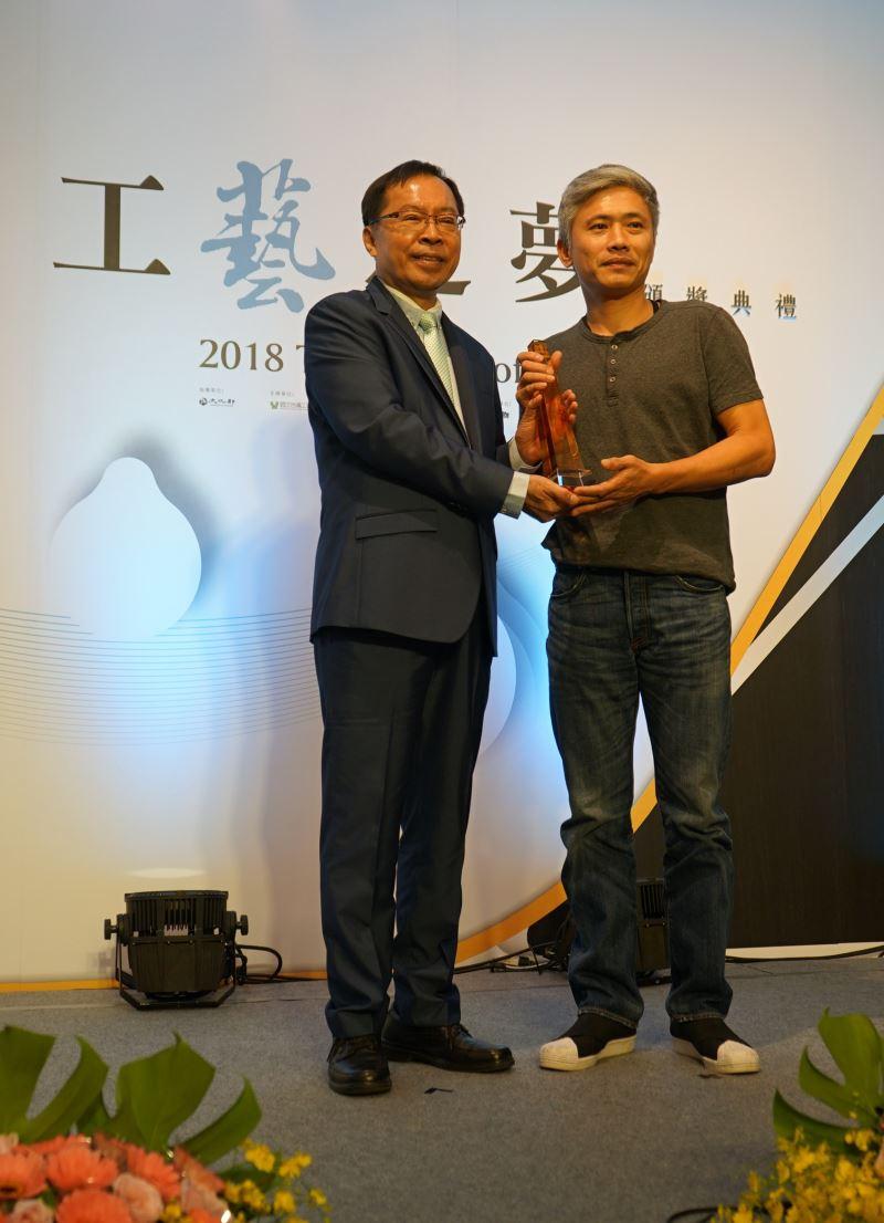 工藝中心許耿修主任(左)頒發創新設計組一等獎獎盃予劉榮輝先生