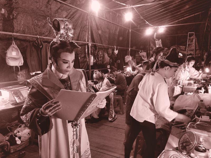 一心戲劇團在野台戲演出側照,而孫富叡提到,以往講戲先生負責調配戲份比重,剩下全靠台上演員靈機變通。