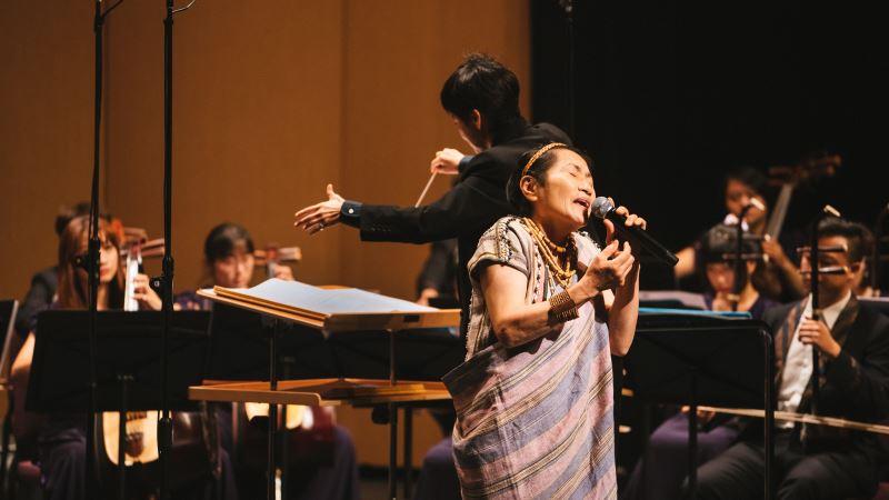 2020年,因卡美明接受臺灣國樂團的邀請,再度登台演唱,讓世界聽見泰雅的聲音;圖為臺灣國樂團《臺灣音樂世紀豐華》音樂會演出照片。