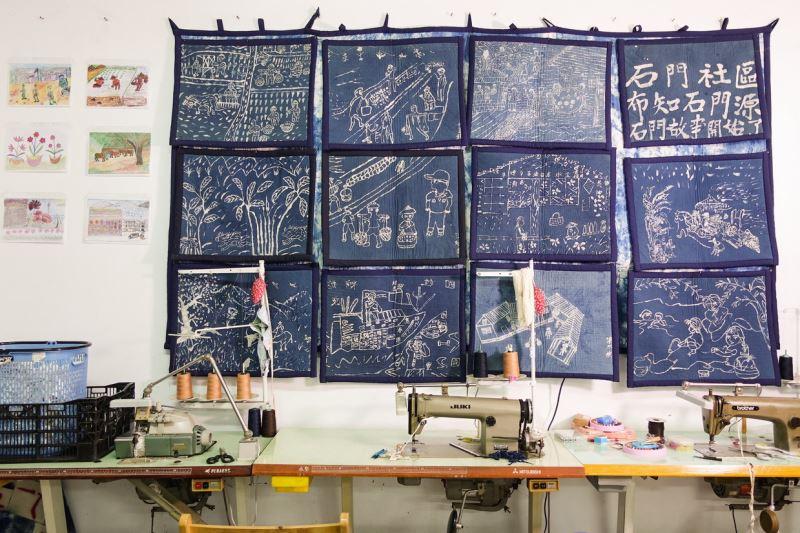 牆上的染布畫都是社區長者親筆繪製