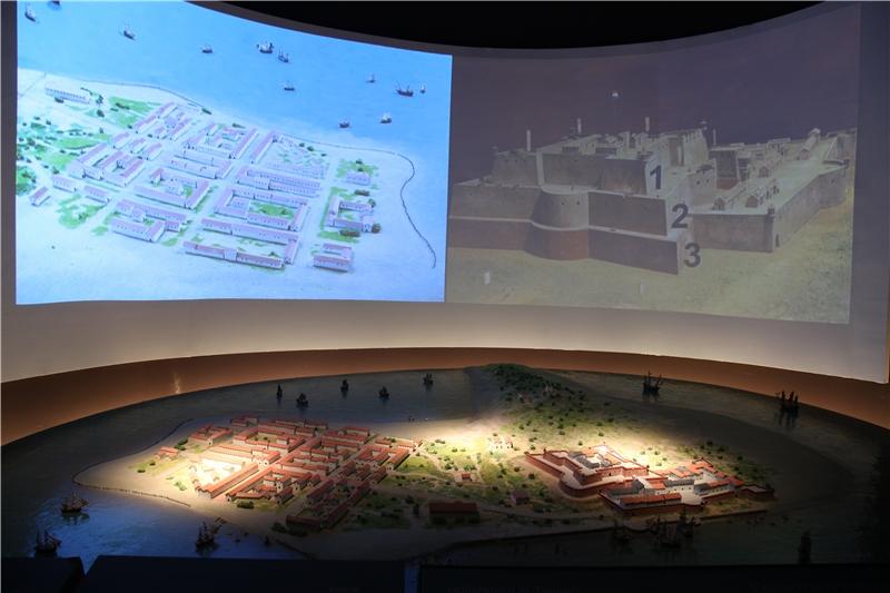 搭配模型,背景以影片說明熱蘭遮城構造以及與周邊城鎮、公共區域分布狀況。