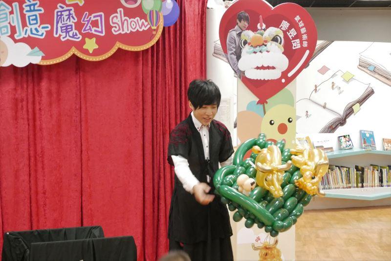 氣球藝術家廖昱閔與參與兒童互動2
