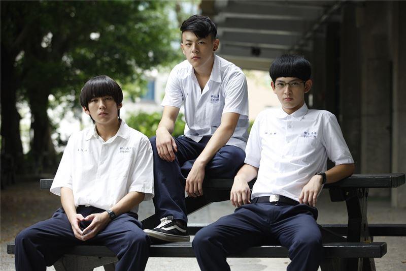 Tres adolescentes de un instituto que no se conocían, en el camino al instituto, ven como la adolescente, Hsia Wei-Chiao, se suicida tirándose de un edificio.