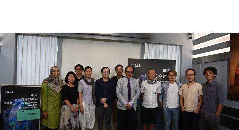 國美館林志明館長(右5), 策展人何子彥(右6), 許家維(左5)及出席藝術家合影