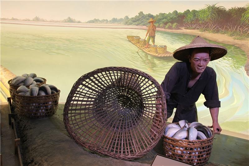 17至19世紀間移民陸續進入臺灣島不同地區,這個單元也透過造景與壁畫,讓觀眾沿著海、平原、丘陵、城鎮到後山的參觀動線,看見因地理環境、人群差異而形成不同的發展。圖為臺灣本島西南沿海地區,居民在潟湖、溼地、出海口等地修築魚塭,經營養殖漁業的景象。
