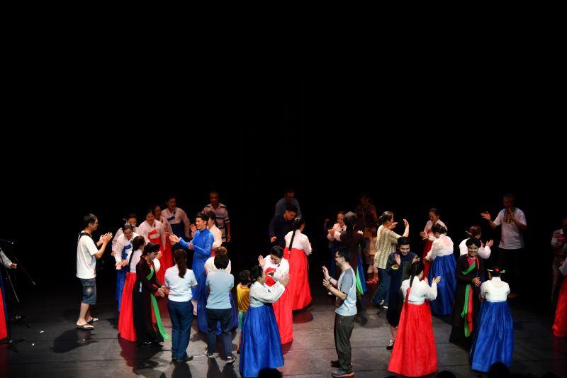在韓國羌羌水月來的樂舞聲中邀請民眾一起同樂並為本次藝術節畫下完美句點