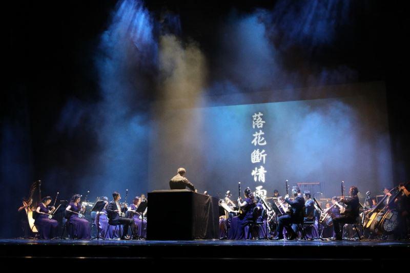 指揮江靖波率領臺灣國樂團用音樂詮釋江湖兒女情仇。