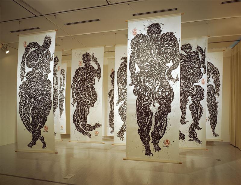 黃致陽〈《Zoon 》系列〉1996 水墨、紙本 338.5×127.5 cm ×11 pieces