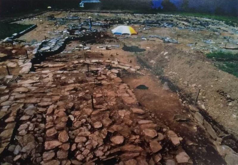 曲冰遺址聚落中的房屋與石玉器作坊基址(民國70年考古遺址發掘報告翻拍)