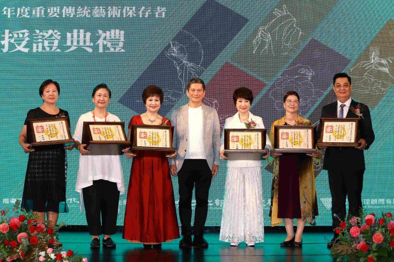 文化部長李永得與「109年度重要傳統藝術保存者」合影