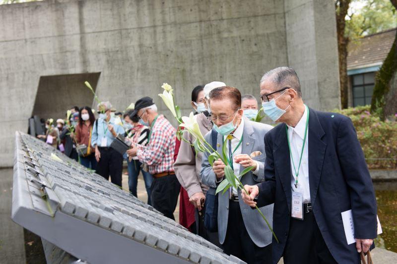 20210320-110年威權統治下政治受難者追思紀念會#景美園區禮堂-與會貴賓們繞行錄名紀念碑