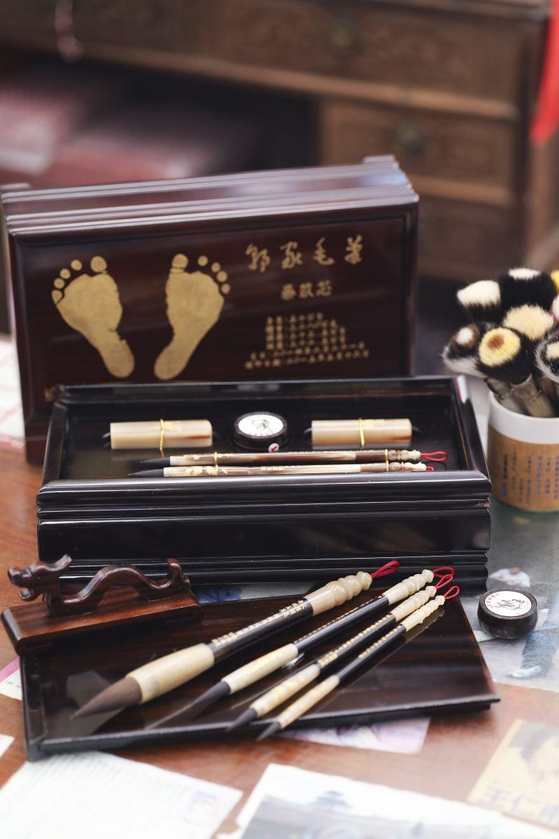 對新生兒別具意義的胎毛筆,成為郭家筆墨莊傳承文化的重要一環。