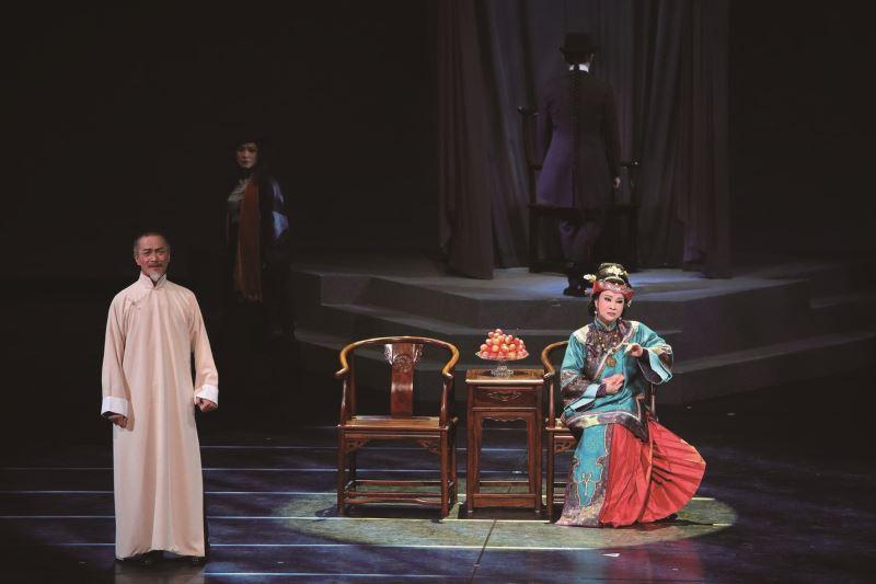 一心戲劇團的《當迷霧漸散》以「虛」、「實」交錯來呈現林獻堂的內心世界。