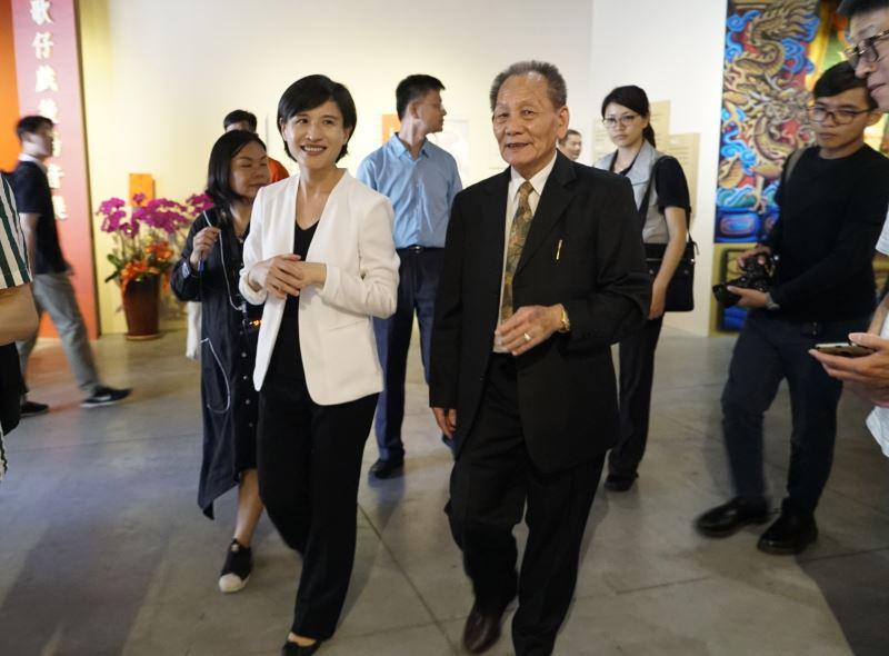 文化部鄭麗君部長與林竹岸藝師參觀「巧藝神韻」108年度重要傳統藝術保存者特展