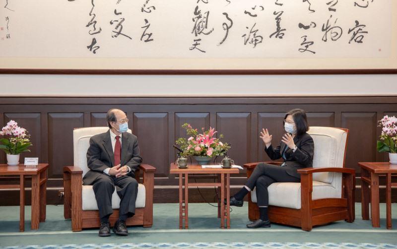 總統對順天堂創辦人許鴻源博士及其家族兩代守護臺灣前輩藝術家畫作並無償捐贈藏品歸國表達最深的感謝。