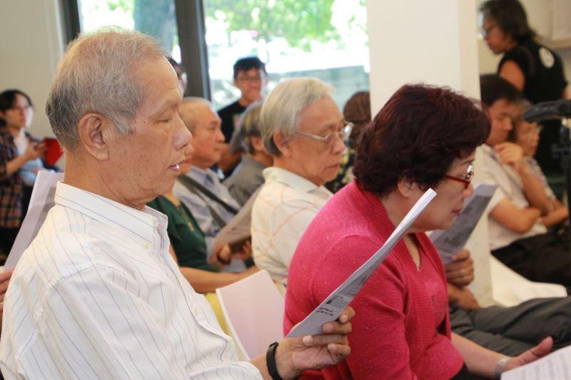 與會者等共同學唱黎子松老師的作品《木棉花》