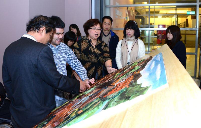 口述影像專家趙又慈(右4)於國美館展場