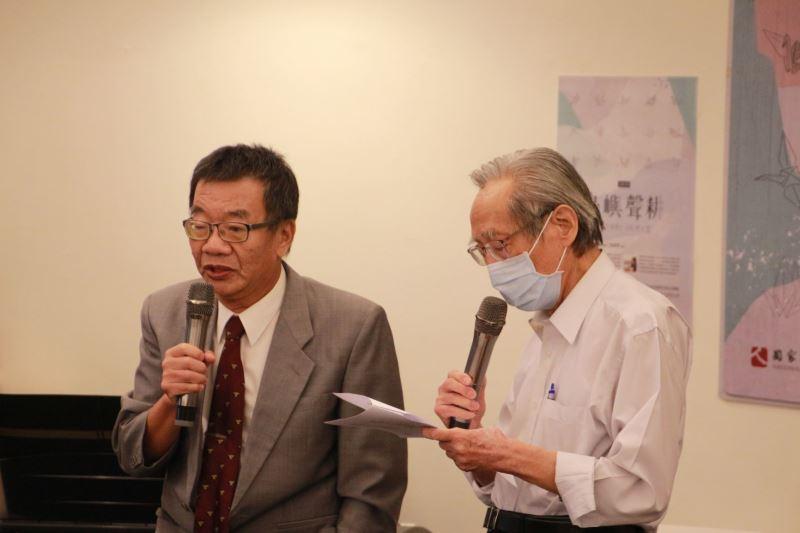 葉光毅老師與蔡焜霖前輩(右)共同合唱五○年代青島東路軍法處看守所內,獄友私下流傳的勵志歌曲《赤旗之歌》
