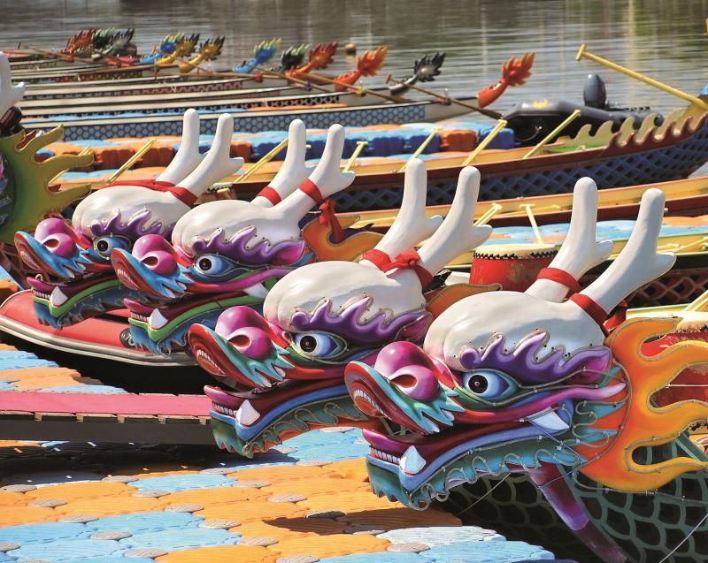 傳統的龍舟以木造為主,現在則有越來越多的玻璃纖維材質龍舟,因其輕量划起來速度快。