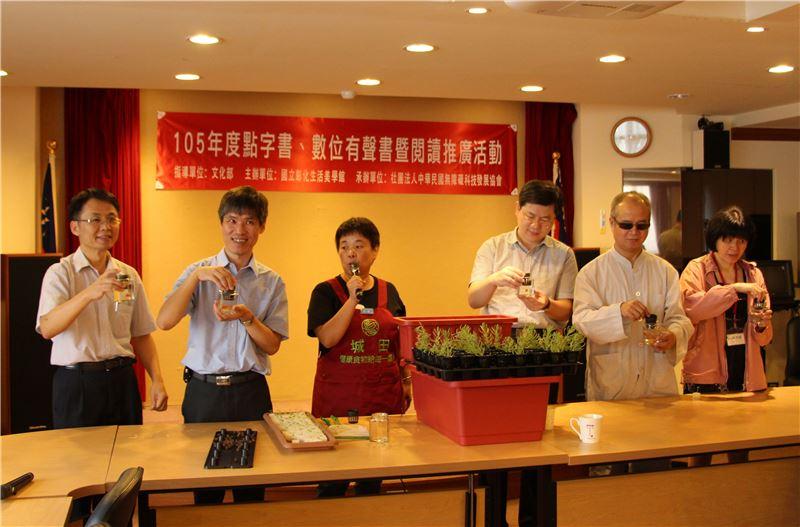 彰美館黃維忠組長(左起)、無障礙科技協會楊聖弘秘書長、健康農場游翔媜老師一起種植魚菜共生無毒蔬菜
