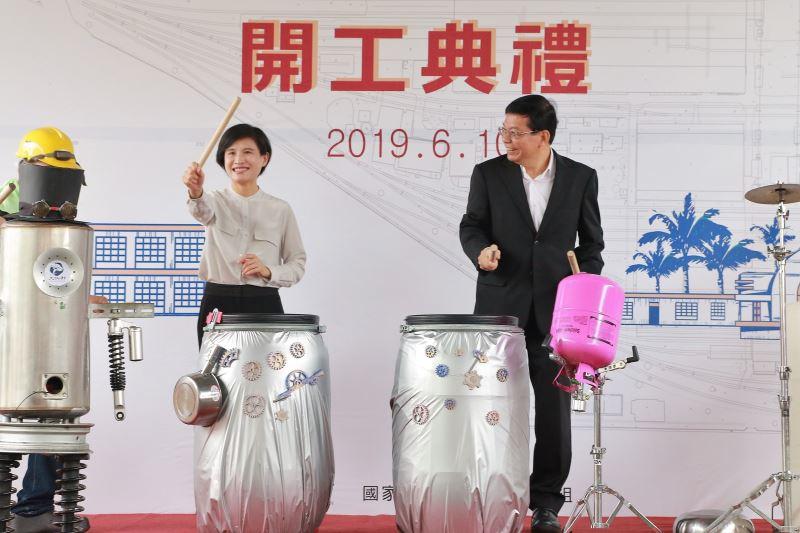 文化部長鄭麗君(左)與交通部次長王國材(右)上台表演