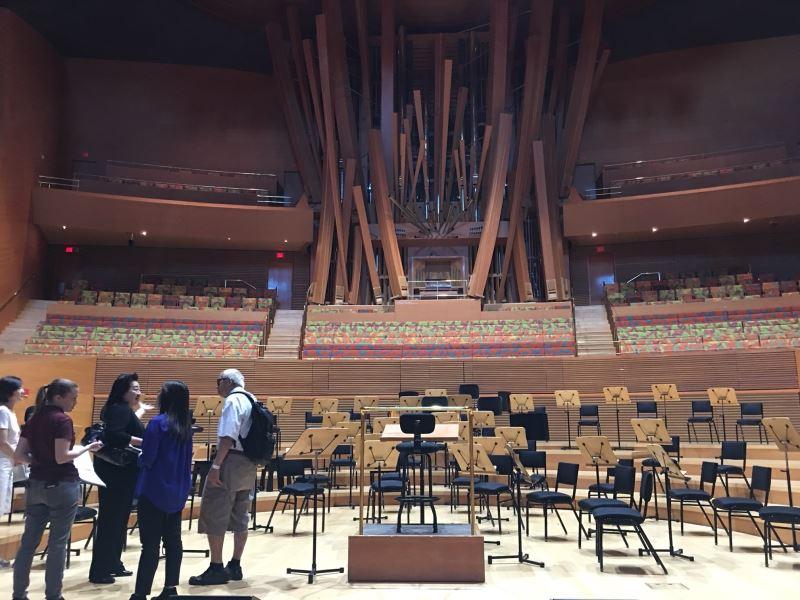 為迎接NTSO的演出,蕭泰然基金會於演出前至迪士尼音樂廳場勘