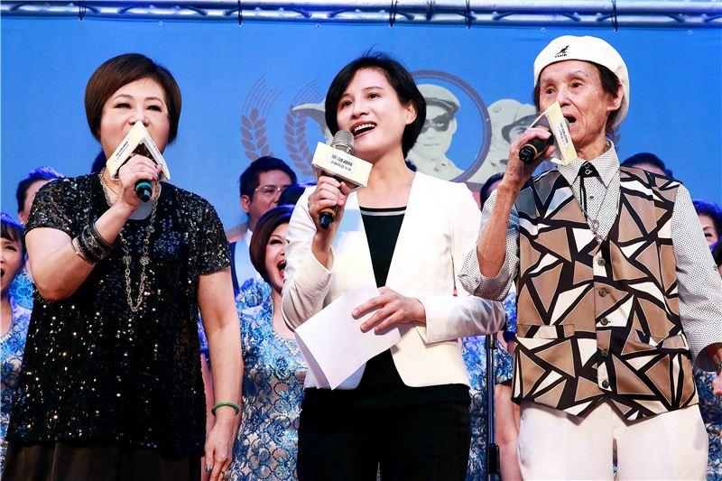 鄭麗君部長與文香、文夏合唱「媽媽請你也保重」一曲。