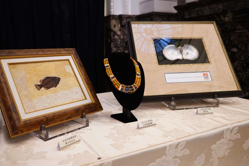 圖4魚化石、排灣族琉璃頸鍊、真珠母貝