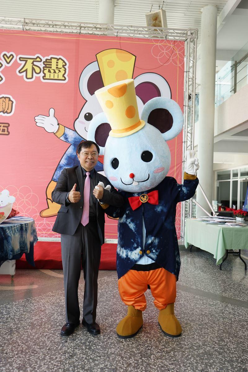 工藝中心許耿修主任(左)與鼠年吉祥物-曼妮鼠合影