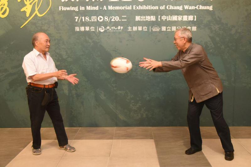 張萬傳大同中學初中部學生鄞義賓與國父紀念館梁永斐示範橄欖球拋傳