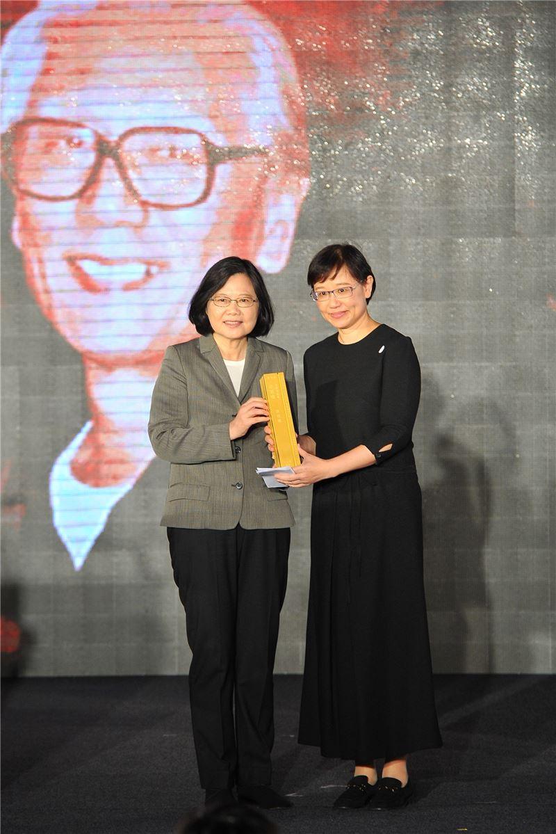 今年「特別貢獻獎」得主許貿淞先生,由女兒許綺芬小姐代表接受總統頒獎。