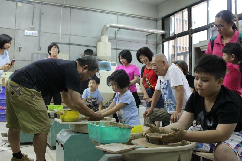 工藝師施景南協助新二代以手垃坯方式手作陶碗