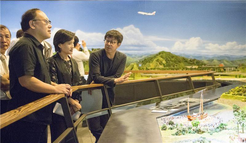 文化部長鄭麗君(中)等人參訪哈瑪星台灣鐵道館