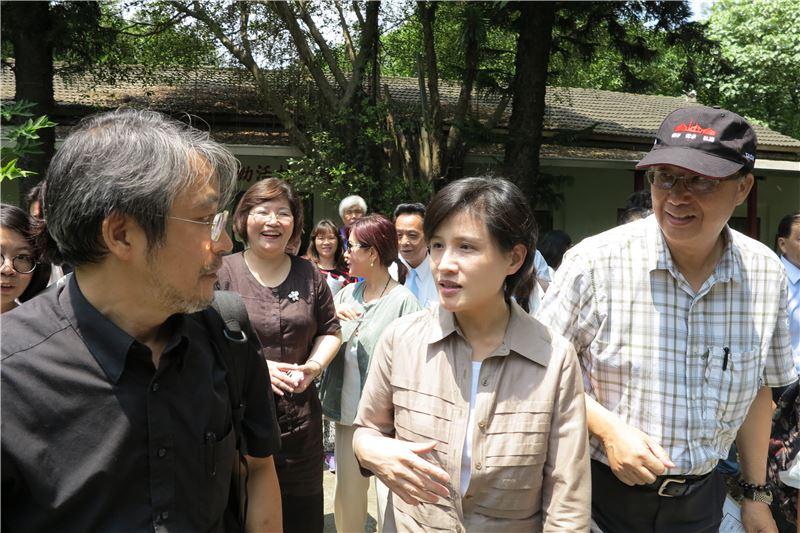 文化部長鄭麗君(中)與文化資產局局長施國隆(右)訪視雲林文化資產