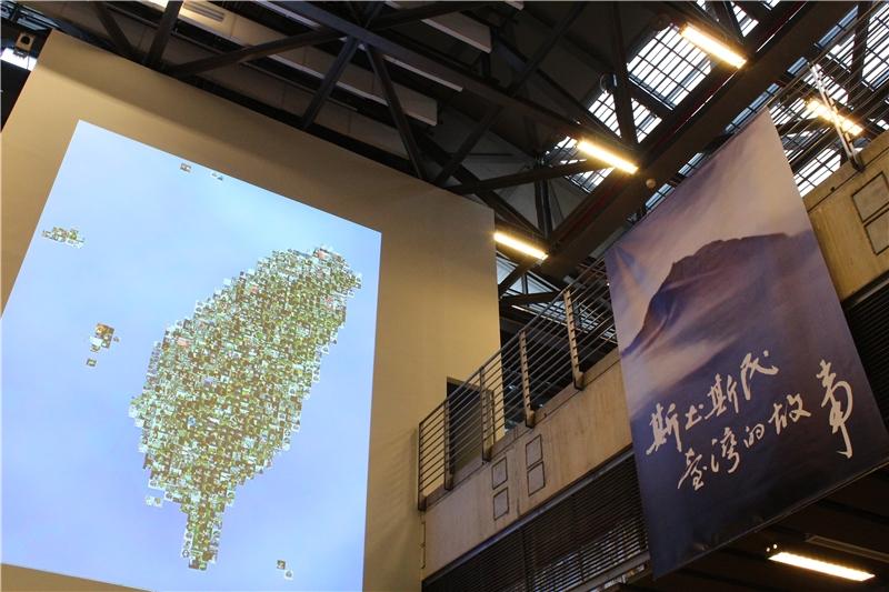 乘坐手扶梯進入展場,首先映入眼簾的是一幅巨型的臺灣人群像,由許多生活在這片土地的人所組成。