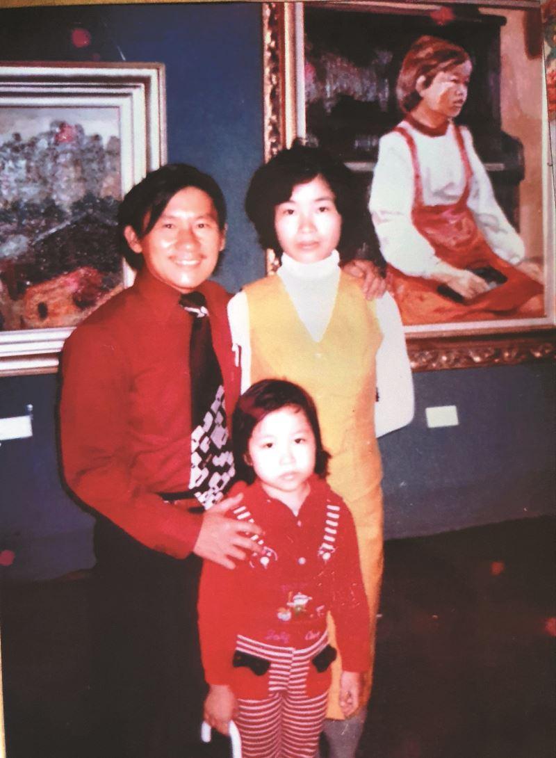 張雅晴5歲時與父母在南部展場,後面的畫作為父親張金發作品。