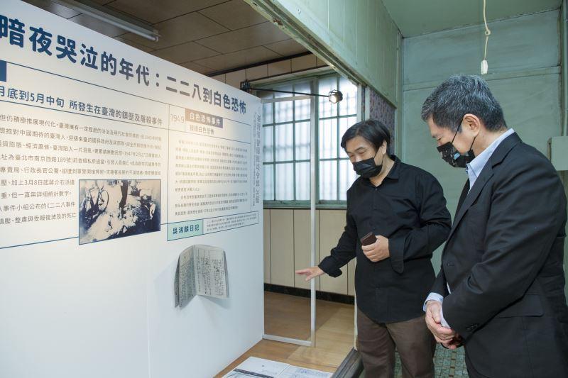 社團法人臺南市湯德章紀念協會理事長黃建龍(左)向文化部長李永得導覽湯德章紀念館內的文史展覽。