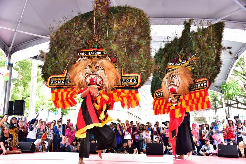來自東爪哇的虎面孔雀羽冠舞
