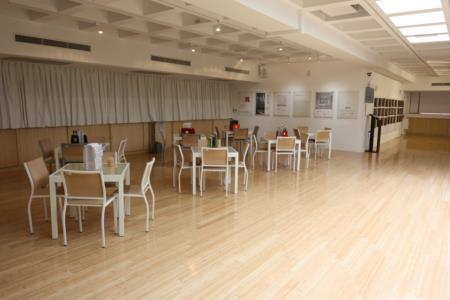 3F-時尚VIP展區-展區地板以層積竹拼接環保設計,並提供休憩方型桌椅