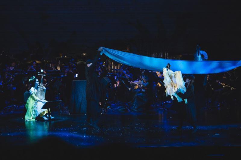 圖3:大型國樂團的現場演奏、華麗布景與戲服、劇場燈光特效,完美營造魔音穿腦、刀光劍影的江湖劍俠場景。