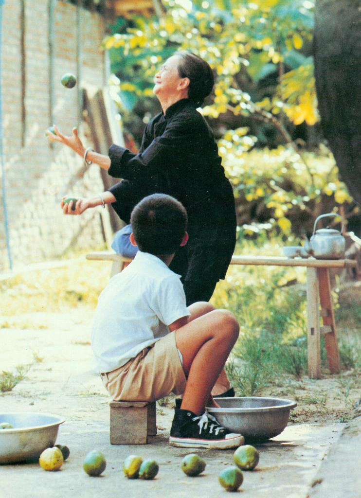 此片為侯孝賢自傳體裁電影,亦屬「成長三部曲」系列,另二部作品為《冬冬的假期》(1984)和《戀戀風塵》(1986)。此三部曲以個體成長故事的微觀歷程,反映台灣戰後世代的集體經驗,折射台灣政治經濟鉅變下的社會史。電影始於人去樓空的日式家宅與作為父親遺物的藤椅,侯孝賢以說故事口吻的畫外音,召喚記憶回返、家人復活、光影重現,將童年往事娓娓道來。
