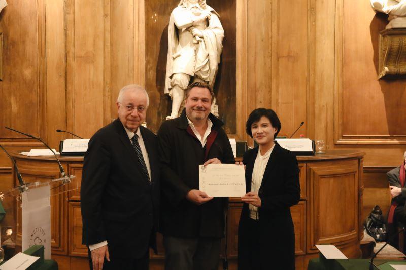 左起為法蘭西學院人文政治科學院終身秘書皮特(Jean-Robert Pitte)、「臺法文化獎」獲獎者台原亞洲偶戲博物館館長羅斌(Robin Ruizendaal)、文化部鄭麗君部長。