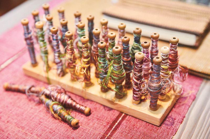 一幅緙絲作品,往往得用上50至60種不同色的絲線,其複雜程度造就工藝之美。
