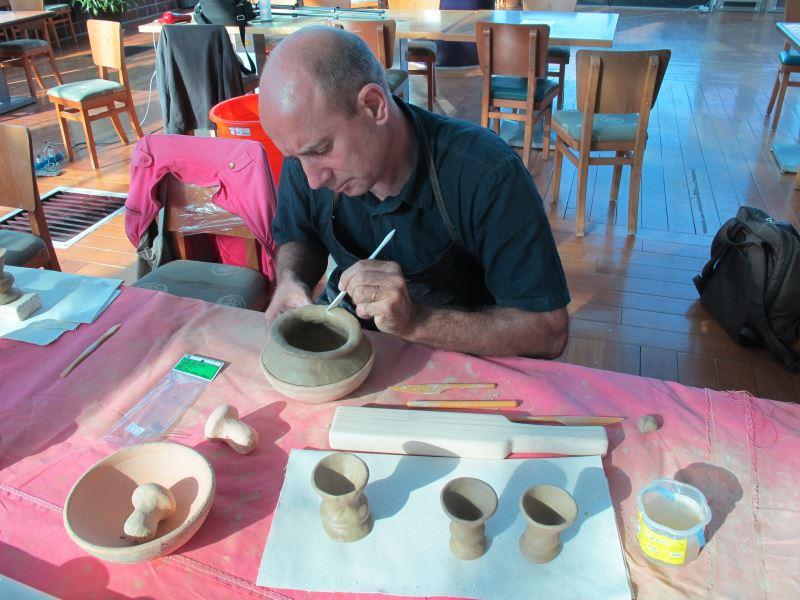 國際學者Christophe Sand一同學習製作阿美族祭杯及陶器