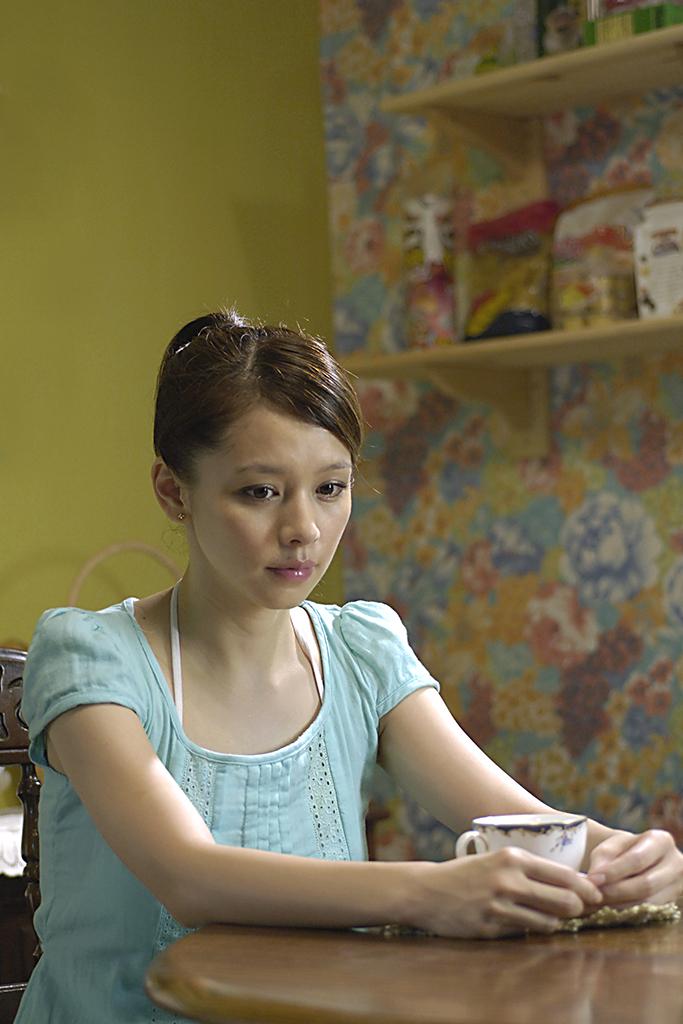 導演李芸嬋的前作《神奇洗衣機》令台灣電影耳目一新:題材生活化,節奏輕快,影像繽紛多彩,充滿夢幻或童話氣氛,以青春少女作為主角……,這些特色也是《人魚朵朵》的主導風格。不同於安潔拉卡特等當代女性主義者,透過改寫童話,激進地揭露或解構其中暗含的父權意識,李芸嬋溫和地挪用童話,給予新詮釋,令童話不只是小女孩讀物,也和當代成年女性對話。此片對童話式美好結局提出小小的質疑,朵朵身為秘書打字員又兼任雜工及跑腿小妹,委婉指出了職場上辦公室裡的性別歧視;貫串全片的朵朵「戀鞋癖」,引用了「人魚公主」以聲帶交換雙腿(失去發聲權,換來逐愛行動力)、女性為愛犧牲卻遭薄倖郎負心此一古老主題,連結了「女性與消費」的當代爭辯──戀物或戀鞋,究竟是異化?還是主體的展現?李芸嬋以「賣火柴小女孩」作結尾,意義曖昧,一方面似乎傳遞著「珍惜既有」的保守價值觀,另一方面似乎隱含了無鞋可穿的底層貧窮女性、戀鞋的都會時尚中產女性之間的尖銳對立。本片乃香港巨星劉德華「亞洲新星導」的電影計劃之一,以亞洲電影市場為主,在地色彩或本土脈絡勢必淺淡,也迥異於台灣新電影以來的寫實主義傳統,因此,本片的童話與夢幻,正如鬼怪、武俠、奇幻等跨國、非寫實類型,已然成為泛亞洲電影的主力。