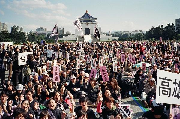 一切都是從不准帶國旗上街開始。2008年11月,六十年來首位中國官方授權代表陳雲林抵台訪問,同時,台灣民眾的言論與人身自由因此受到國家機器高度箝制。