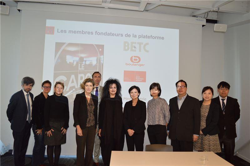 鄭部長及Le Cargo設計者、法國知名建築師Odile Decq女士(右6)以及Le Cargo經營團隊巴黎經濟發展暨創新聯盟Paris &Co團隊。