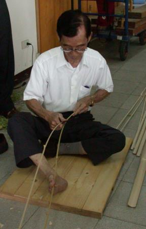 01將竹片由竹尾剖分成二片