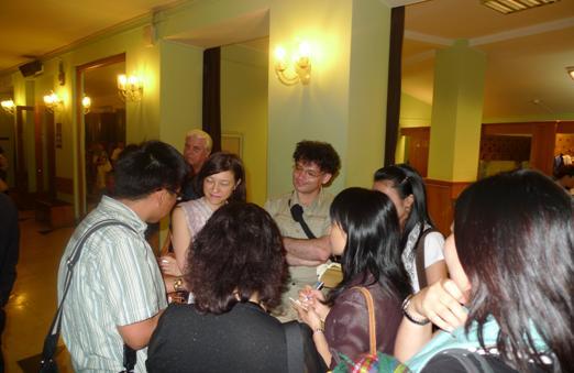 國光劇團隨團媒體於中場休息採訪現場觀眾